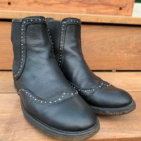 Lækre støvler med nitter(obs!mangler 2 nitter inderside venstre støvle - billede 2)