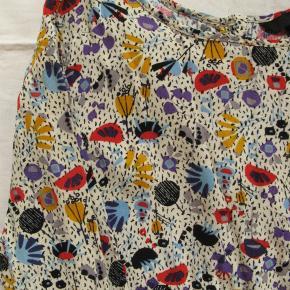 Flot bluse med gennemknappet ryg.  Brystmål ca. 2x43 Længde fra skulderen og ned ca. 51 (den er lidt længere bagpå.  100% viskose.  Jeg tager desværre ikke billeder med tøjet på.