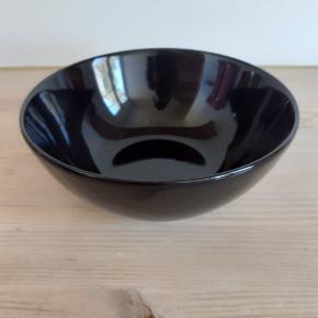 5 stk. Skåle i sort. 10 kr. Per stk. Kan også bruges som serverings skåle. Jeg har en tilsvarende annonce på 6 stk. dybe tallerkner også i sort. Kan afhentes i Virum eller Hørsholm.