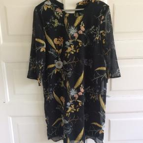 Smuk kjole med det fineste print. Ærmerne er let gennemsigtige og trekvarte. Skulder og ned 96 cm. Brystvidde 53*2 cm.