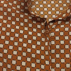 Fin skjortebluse fra Charlior str medium. Længde 59cm. 60kr Kan hentes kbh v eller sendes for 40kr dao