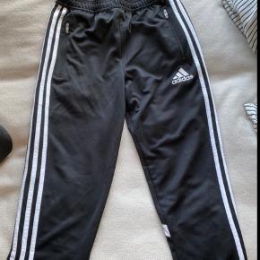 Adidas sportsbukser. Det er en str 14, men kan godt passes ag en s og m da de er ret store i størrelsen