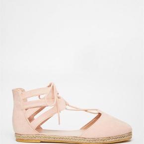 Varetype: sko flats espadrilles espadrillos lace up sandaler nude lyserød Størrelse: 5 Farve: Lyserød  Super fine espadrilles fra Asos. De er kun brugt få gange :-)  De sælges for 50 + porto :-)