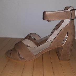 Smuk sandal str 39 i farven taupe fra shoe the bear ...stadig med plastik under lædersålen ( husk at tage den af inden brug )  Nypris 999,-
