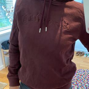 Bordeaux hoodie fra Ganni. Fin stand.
