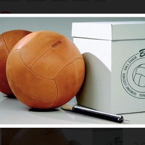 Stor lounge læderbold i kernelæder.Stor træningsbold i nostalgisk læder. Bruges også som eksklusivt møbel i stuen eller på kontoret. Ny pris kr 3.555,- Sælges for kr 1500,- Helt ny, aldrig brugt Sender gerne.