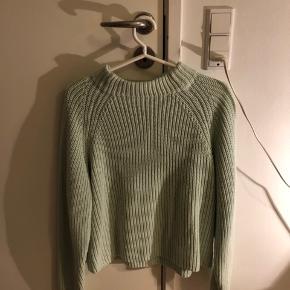Jeg sælger denne super flotte sweater fra second female i en str M ( kan sagtens passes af Small også) Np var omkring 450 Mp er 150 kr💖