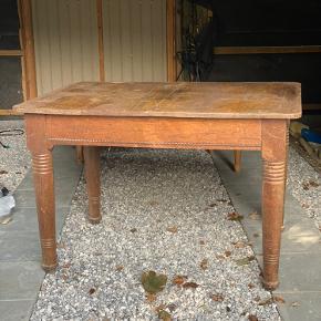 Flot gammel romantisk spisebord   500,-