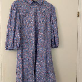 Skjortekjole fra Pieces. Nypris er 350 kr. og sælges for 170 kr. Brugt en enkelt gang og fra ikke-ryger hjem.