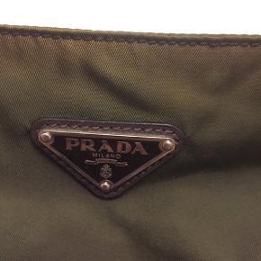 Meget fin Prada taske i grøn. Den har nogen afblegninger i toppen, ellers ingen andre skader. Ægtehedsbevis samt stregkoden.
