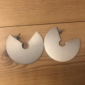Varetype: Øreringe Størrelse: oz Farve: Sølv  Super fine øreringe.   Sælges for 400 pp og evt ts gebyr.  Jeg bytter ikke.