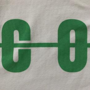 Super COOL T-Shirt fra Hound, i ren hvid med grønt print og grøn stribe på ærmet. Står som ny syntes jeg. Det er en virkelig god kvalitet i stof og print!! Den bliver ikke skæv i vask , det er en lækker kvalitet og printet går ikke lige af.  Super fin og cool T-Shirt som går til det meste. Super fin om sommeren, hvor den klæder et sommerbarn, men kan også bruges efterår eller vinter med en cardigan over - eller en zip-hootie.  Se også mine andre annoncer. Har en hel del i denne størrelse, og nu kan man købe mere på én gang, men kun betale for én porto.