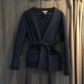 Blå vateret kimono jakke fra Monki.