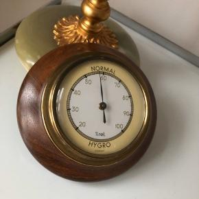 Smukt hygrometer i metallisk guld og valnød (vil jeg tro). Diameteren er 10 cm.  ▪️Velkommen i shoppen 🤩👗☘️ ▪️Bud er altid velkomne 🌹📸💰 ▪️Tager ikke billeder med tøjet på ‼️‼️ ▪️Sender udvalgte varer 📦🔍💌 ▪️Afhentning nær Nørrebro st. ☑️ ▪️Ingen byttehandler 🔁🌸🖖🏼🌼