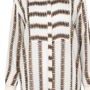Super fed skjorte,  aldrig brugt,  kun prøvet på. Den er af 100 % viscose  Modellen hedder Erick   Brystmål 2x53-54 cm Længden 90 cm  BYTTER IKKE  !!!  Prisen er 475 kr Handler mobil pay