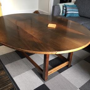 Nu kun 75kr..... for et smukt gammelt møbel - det fås simpelthen ikke billigere! 😳  KOOOOOOM OG KØB! 😊  Ridserne ses ikke så tydeligt i virkeligheden som på billedet!  Smukt gammelt ovalt sofabord med to klapper, der begge kan slås ned - én i hver side.  Der er tegn på brug (patina) - men det er stadig meget smukt, og det har masser af god og kærlig energi 😊  Mål når begge klapper er slået ud: 138x116 cm, højde 50 cm.  Det er tungt - lavet dengang møbler var af rigtigt træ 😊 Afhentes lige ved Nordhavn Station.