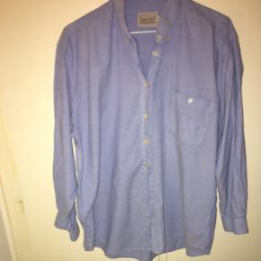 Skjorte. Lidt slidt i nakken/kraven, derfor den billige pris. Kan sendes på købers regning eller hentes i Helsingør, Holte eller på Frederiksberg.