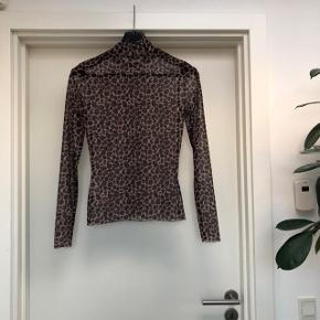 Sælger denne fine leopard trøje fra only. Kan både bruges alene og indenunder andre tøjer/t-shirts for at pifte ens outfit op:)  Byd gerne