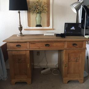 Ældre skrivebord med tegn på slitage på undersiden samt bordplade. Alt i alt et chamerende stykke møbel der emmer af liv.