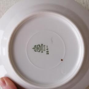 1 stk. dessert tallerken fra B&G Danmark/Mågestellet. Ingen skår. Aldrig brugt.  Ingen guldkant. Dia: 15 cm.  Stemplet 28 A.  Kan afhentes i Esbjerg. Sender gerne- køber afholder fragt og ansvar.
