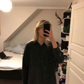 Oversize skjorte i velour-ish. Ret lang bagtil
