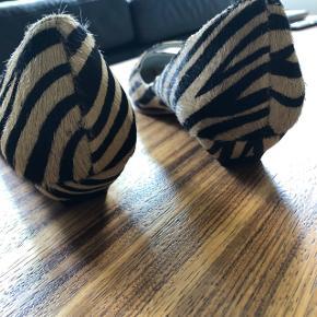 Flotte sko i zebrapels, beige og sort. Helt nye og har kun været prøvet indendøre. Købt i Magasin til 499, jeg får dem bare ikke brugt, sælger dem derfor billigt for kun 200 plus Porto.