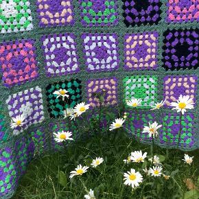 S-kønneste hæklet stort unika tæppe, i mange smukke nuancer/ farver, lilla rosa grøn sort mm., se foto, tæppet er brugt sparsomt, så derfor har jeg tilladt mig at sætte stand som næsten nyt. Tæppet er nyvasket på kold uld program med eddike og lidt vaskemiddel uden parafume. Hæklet i mellem tykt garn, mener det er blanding uld/kunst er ikke sikker, kan være 100% uld, synes det er blødt, lækkert og let, stort arbejde, der er bare noget hyggeligt varmt og trygt over disse skønne bedstemor-tæpper ;-), tæppet måler ca. 150/195 cm, svært at måle da det er lidt levende og strækker sig lidt. så prisen er fast, med mindre du køber flere af mine sager.