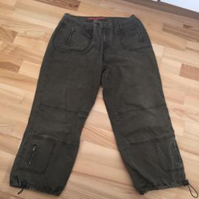 Zizzi 3/4 bukser str 44, der er stræk i så passer også en 46. Pris 95  kr incl porto med dao