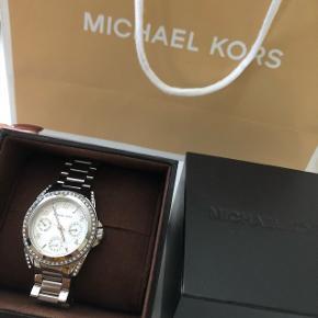 Michael Kors ur næsten som ny til salg. Uret er i rigtig fin tilstand og sælges for 1000 kr. Prisen er fast.   Det kan afhentes i Kolding eller Aarhus.