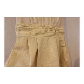 Cremefarvet h&m kjole i størrelse 40, den er dog syet ind i hoften, stropperne og foran, så passer en størrelse xs.