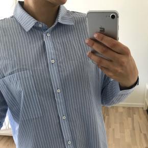 Leika oversized shirt fra Minimum. Np 700, aldrig brugt kun vasket 1 gang. Str 36  Køber betaler porto.