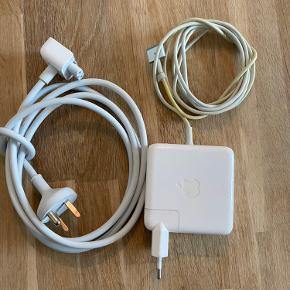 Apple MagSafe 2 lader - 60W sælges. Ledningen er en smule gul men fungerer upåklageligt.   Har siddet som min lader på mit kontor og er defor ikke taget med ret meget.  Der medfølger original Apple forlænger til laderen.  Kan ses og hentes i Aarhus C eller sendes efter aftale.