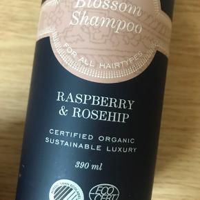 Blossom shampoo - aldrig brugt! Det er den store str på 390 ml. Kom derfor med et realistisk bud ☺️🌸