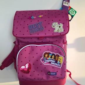 Varetype: Skoletaske Størrelse: 0. - 3. Klasse  Farve: Pink Oprindelig købspris: 750 kr.  Helt ny, fejlkøb. Letvægttaske, ergonomisk og med reflekser. 16L plus medfølgende gymnastittaske der kan klipses på. Isoleret madpakkerum. Model optimo.