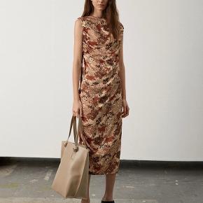Kjole med prismærke  Str. 34, svarer til en small Np. 2.499 kr.