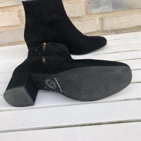 Støvletter fra Pavement i sort ruskind med guldlynlås. Kun brugt tre gange. Nypris 1199.