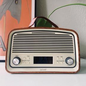 Cool DAB-radio i retrodesign sælges.   Modellen er: Denver DAB-38 DARKWOOD.  Fungerer fuldstændig som ny! Den er kun ét år gammel. Har også AUX-indgang.  Kan afhentes i København SV.