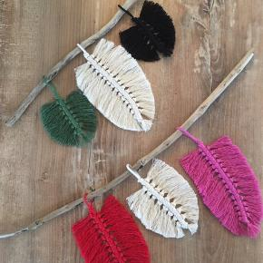 Macrame fjerophæng. Håndlavet af bomuldssnor og drivtømmer fra Danmarks kyst.  Den nederst på billedet er solgt. 🙏🏻 Den øverste er til salg til 150 kr da den er lidt mindre. 😉  Jeg laver gerne et fjerophæng efter dine farveønsker. Pt. har jeg følgende farver at vælge mellem: sort, råhvid, hvid, pink, grøn, rød.  Mvh  @me.and.macrame