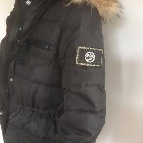 Mærke: Mos Mosh dynejakke  Størrelse: 36.  Materiale: Polyester Farve: sort Hætte med pelskant. Pelsen og hætten kan tages af. En god lun frakke.  Frakken er brugt meget lidt og derfor i fin stand  Sælges 425 kr