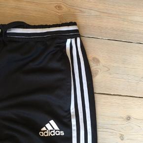 Flotte træningsbukser fra Adidas, der er desværre er blevet for små i størrelsen.  De er størrelse 12/16, så det er en børnestørrelse, der dog sagtens kan bruges af (små) voksne🌷 Modellen er Climacool.  Byd gerne💞