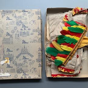 Gammel indianerudklædning i original æske fra Illums // trøje og buks og flere forskellige hovedpynt