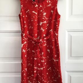 Uldkjole fra Hobbs. Den har været brugt en håndfuld gange og renset. 60'er stil.