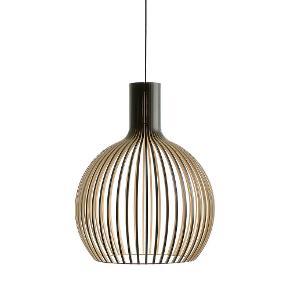 Design  Seppo Koho for Secto Design   Octo 4240 Pendlen i sort fra Secto Design er innovativ brug af træ samt godt gedigent håndværk.  Skabt ud fra en indgroet respekt den nordlige halvkugles træsorter, samt det enkle skandinaviske design kombineret med godt træhåndværk.  Octo lampernes enkle men interessante form er små rum i sig selv og gemmer diskret på sin lyskilde der koket hænger inde i skyggen for ikke at blænde, med sit varme og hyggelige lys.  Unikke og nyskabende lamper der flytter belysning ind i et moderne design-univers med et solidt greb i fortidens materialer og snedkerfaget.  Skærme på Octo 4240 pendlen er lavet, i Finland, af PEFC-certificeret, finsk birke finér i bedste kvalitet.  Træet som Octo lamperne laves af produceres i det centrale Finland, og transporteres derfor kun korte afstande. Samtidig er der under produktionen stort fokus på genbrug og sortering af materialer, for eksempel bliver savsmuldet genbrugt til at lave træpiller til opvarmning. Bæredygtigt og gennemtænkt.  Denne store, men samtidig luftige pendel er allerede blevet en klassiker. Passer overraskende godt i små rum også på grund af sin lethed. Den er derfor yderst velegnet til at have over spisebordet.  Nypris 5850 kr