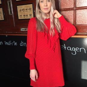 Ny kjole kun taget mærke af - style Ganni georgette mini kjole rød. Nypris 1200