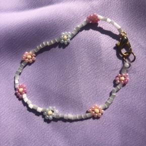 Perle armbånd med blomster 💮Prisen er fast og inkl Porto m postnord