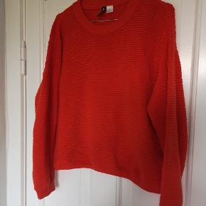 Rød strik fra H&M. Brugt et par gange. I pæn stand uden brugt tegn.  Køber betaler fragt.