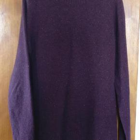 Varetype: mand sweater Farve: Lilla  Herlig lilla sweater med gule nuancer fra Wood Wood, lavet i overvejede lammeuld og stort set aldrig brugt  MP 400