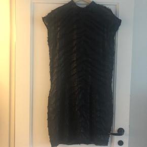 Smukkeste sorte kjole med skinnende stof. Er kun brugt en enkelt gang.