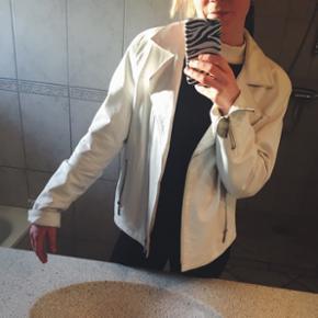 Lækker, hvid jakke i lammeskind Str. 42 (men kan gå for en mindre størrelse - jeg er str. 36) - er en smule sort på ærmerne, se billederne 200kr 🏷