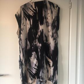 Fest/sommer kjole, med lidt bar ryg, og den har lommer! Brugt få gange. Sender gerne og kan også mødes i Kbh området så du sparrer penge på porto 😊